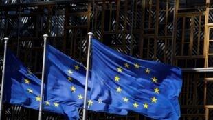 علم الاتحاد الأوروبي فوق مقره في بروكسل في 28 أيار/مايو 2020