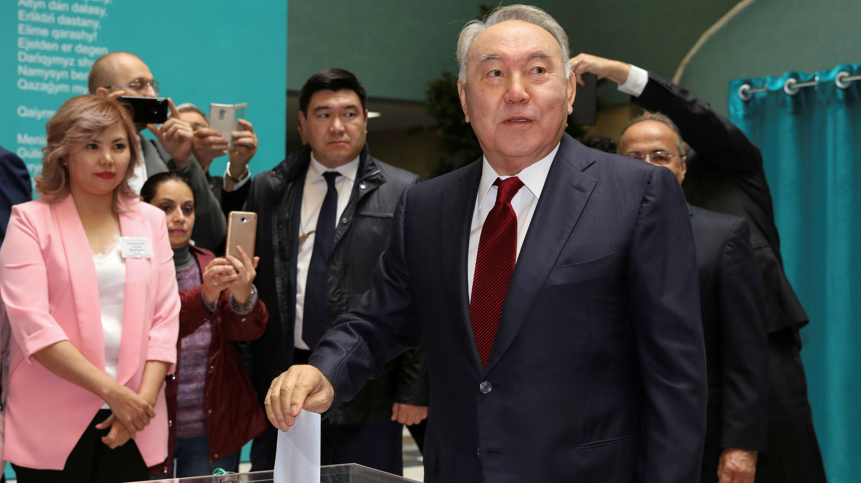 El expresidente de Kazajistán, Nursultán Nazarbáyev, vota durante las elecciones presidenciales en Nur-Sultán, el 9 de junio de 2019.