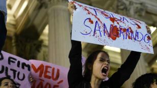 Manifestation devant l'Assemblée de Rio de Janeiro, le 27 mai 2016, à la suite du viol collectif d'une adolescente.