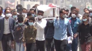 VIDI97G4YH_FR Au Yémen, les fossoyeurs débordés par les morts du Covid-19