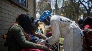 ممرضة تعالج مرضى مصابين بالكوليرا في هراري عاصمة زيمبابوي. 11 أيلول/سبتمبر.