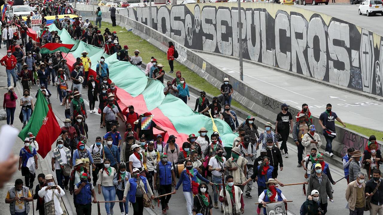 Protegidos por su guardia ancestral miles de indígenas, provenientes del suroeste de Colombia, se tomaron este lunes 19 de octubre de 2020 las calles de Bogotá para luego arribar a la Plaza de Bolívar, desde donde exigen al presidente Iván Duque respuesta a sus demandas y que se reúna con ellos.