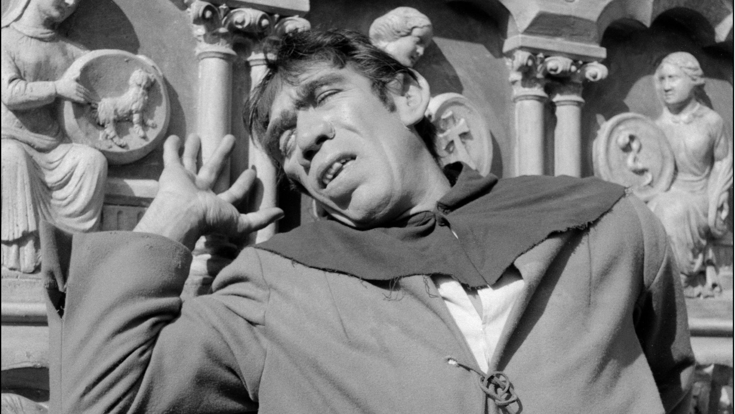 """En este archivo, foto tomada el 12 de julio de 1956, muestra al actor estadounidense Anthony Quinn interpretando el papel de Quasimodo en """"Notre Dame de Paris"""" (The Huntchback of Notre Dame), una película de Jean Delannoy, 1956."""