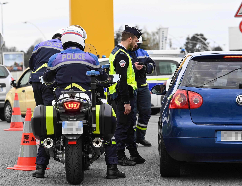 Des policiers contrôlent des véhicules à la sortie de Lille, le 3avril2020, dans le nord de la France.