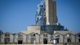 """La tour de l'architecte américain Frank Gehry à Arles, qui abrite la Fondation Luma, photographiée le 1er juillet 2019 pendant les """"Rencontres de la photographie - Arles 2019"""""""