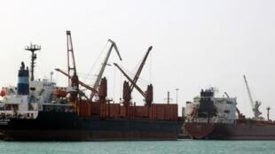 صورة أرشيفية لميناء الحديدة اليمني الواقع على بعد 200 كم من مضيق باب المندب في البحر الأحمر