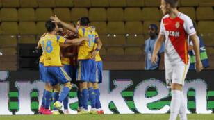 Les joueurs de Valence célèbrent le but marqué par Alvaro Negredo contre Monaco, le 25 août 2015, en match de barrage pour la Ligue des champions.