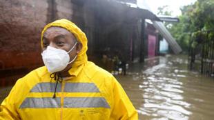 Un employé du ministère des Travaux publics dans une rue inondée de Santa Lucia à Ilopango, au Salvador, pendant la tempête tropicale Amanda.