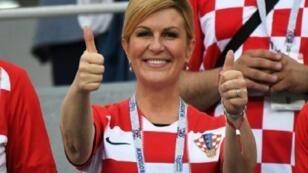 كوليندا غرابار كيتاروفيتش رئيسة كرواتيا تشجع منتخب بلادها ضد الدانمارك ثمن نهائي مونديال روسيا في 1 تموز/يوليو 2018.