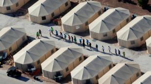 """Imagen de archivo sobre niños migrantes que se encuentran en una zona de tiendas de campaña por la política de """"tolerancia cero"""" ejercida por la Administración Trump, cerca de la frontera con México, en Tornillo, Texas, el 19 de junio de 2018."""