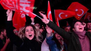 Los seguidores del opositor Partido Republicano del Pueblo (CHP) celebran los resultados de las elecciones municipales en Ankara, Turquía, el 31 de marzo de 2019.