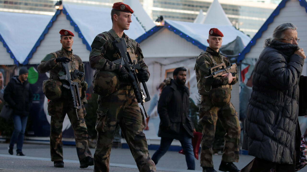 Soldados franceses patrullan el mercado navideño en La Defense, en el distrito económico y financiero de Puteaux, cerca de París, el 13 de diciembre de 2018.