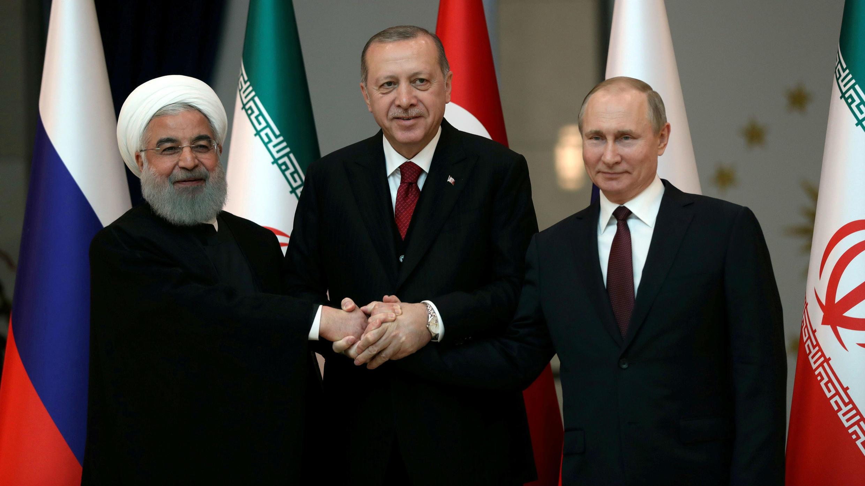 Los presidentes Hassan Rouhani de Irán, Tayyip Erdogan de Turquía y Vladimir Putin de Rusia posan antes de su reunión en Ankara, Turquía, el 4 de abril de 2018.