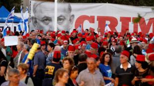 Des milliers d'Israéliens ont manifesté samedi à Tel-Aviv pour protester contre un projet visant à protéger par une nouvelle loi le Premier ministre Benjamin Netanyahu.