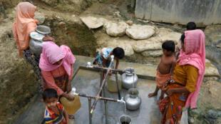 Refugiados rohingyas recogen agua en el campamento Shalbagan en Teknaf, Bangladesh, en una foto de archivo del 5 de marzo de 2019