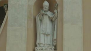 Imagen de San Valentín en la fachada de la Basílica de Terni, en Italia.