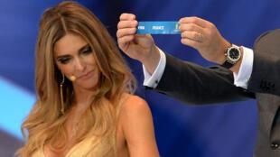 Les Bleus tirés au sort sous les yeux du top model Fernanda Lima