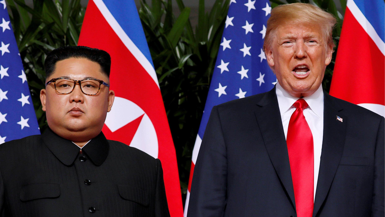 El líder norcoreano Kim Jong-un y el presidente estadounidense Donald Trump posan durante el encuentro en el hotel Capella durante su primera cumbre en Singapur, el 12 de junio de 2018.