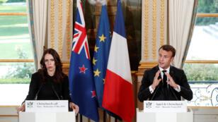"""El presidente francés, Emmanuel Macron y la primera ministra de Nueva Zelanda, Jacinda Ardern, dan una conferencia de prensa durante el """"llamado de Christchurch"""" en el Palacio del Elíseo en París, Francia, el 15 de mayo de 2019."""