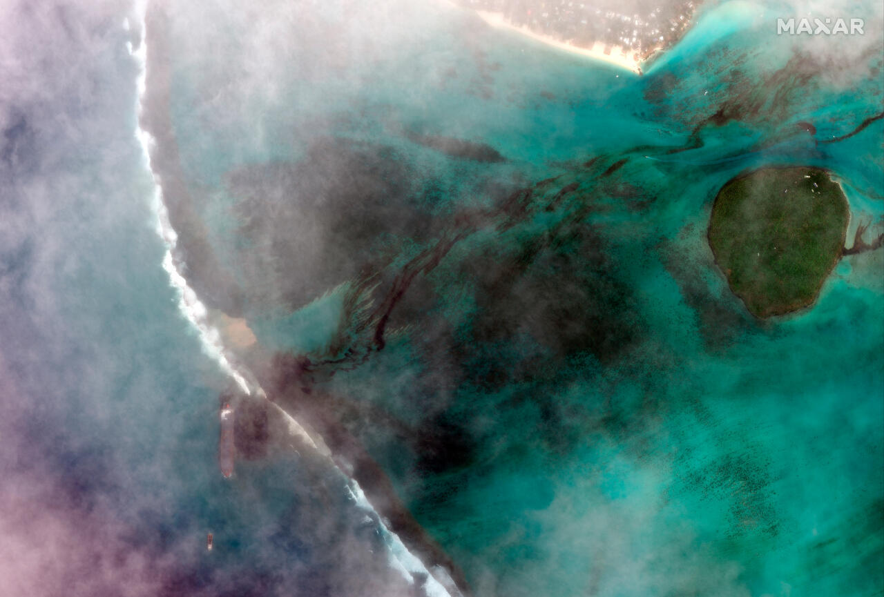 Una imagen satelital facilitada por MAXAR Technologies muestra el MV Wakashio, el buque que encalló frente a la costa sureste de Mauricio el 7 de agosto de 2020.
