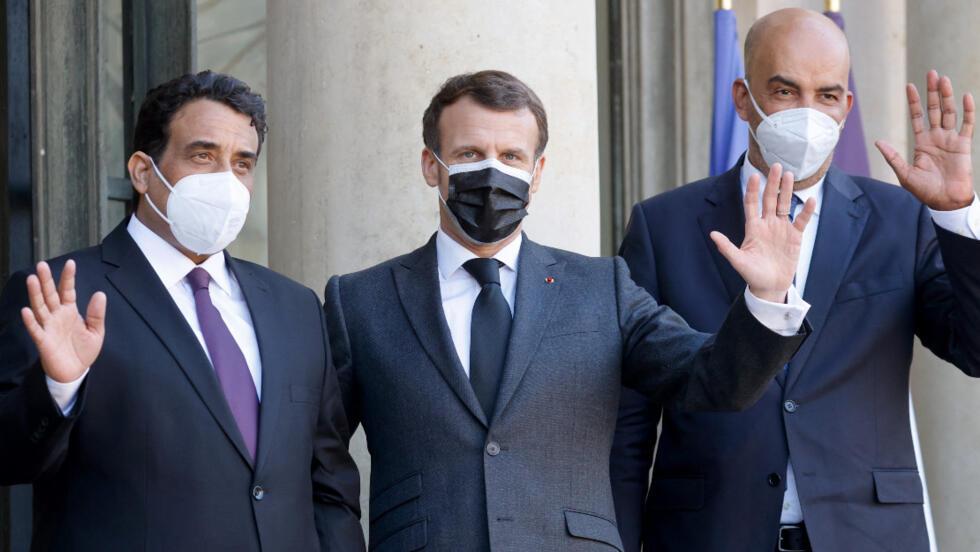 Le président français, Emmanuel Macron, pose avec le président du conseil présidentiel libyen Mohammed el-Menfi (gauche) et son vice-président Moussa Al-Koni (droite) avant des entretiens au palais présidentiel de l'Élysée à Paris, le 23 mars 2021.