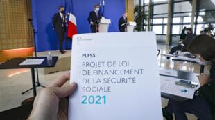 Le ministre de la Santé Olivier Véran (c), le ministre délégué chargé des Comptes publics, Olivier Dussopt (d) et le Secrétaire d'État en charge de l'Enfance et des familles Adrien Taquet (g), lors d'une conférence de presse sur le projet de loi de financement de la Sécurité sociale 2021, e 29 septembre 2020 à Paris