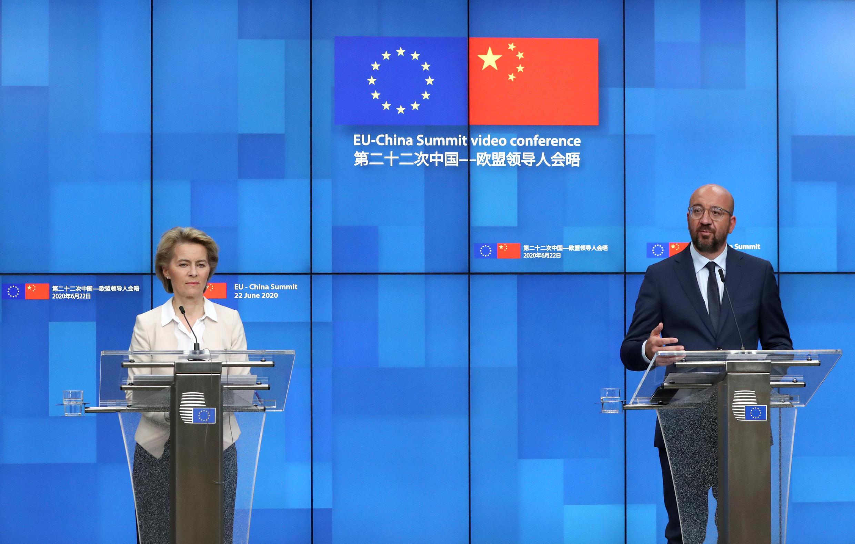 رئيس المجلس الأوروبي شارل ميشال ورئيسة المفوضية الأوروبية أورسولا فون دير لايين خلال مؤتمر صحفي عقب قمة افتراضية مع الرئيس الصيني شي جينبينغ في بروكسل، 22 يونيو/حزيران 2020.
