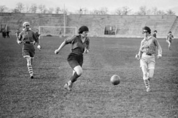 Un match de football féminin en 1919