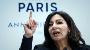 Anne Hidalgo parlant lors d'une conférence de presse à Paris le 21 mars 2019.