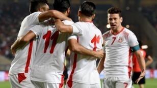 Les joueurs tunisiens, après leur but contre l'Égypte, lors de leur match de qualification pour la phase préliminaire de la Coupe d'Afrique des Nations 2019, le 11 juin 2017.