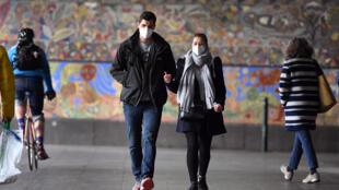 Dos personas caminan por Melbourne con mascarilla el 23 de julio de 2020