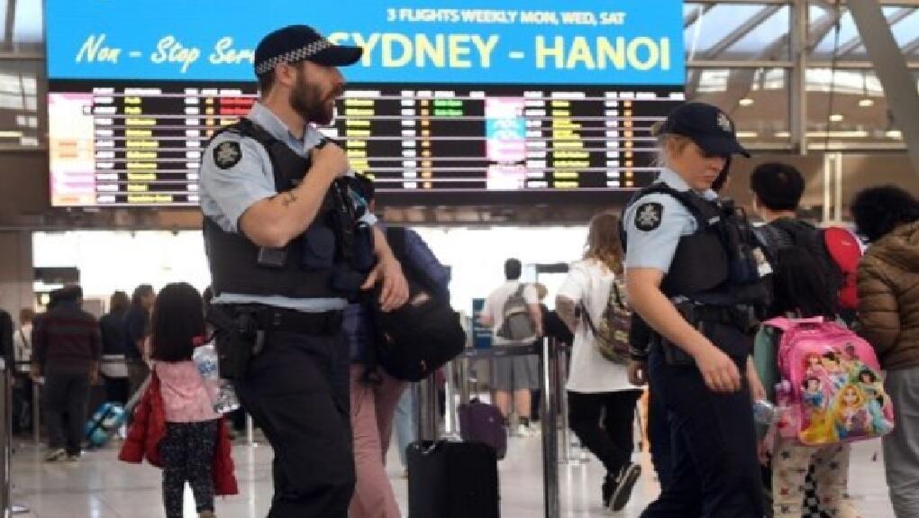 اثنان من عناصر شرطة سيدني يجريان عمليات مراقبة داخل مطار المدينة 30 تموز/يوليو 2017