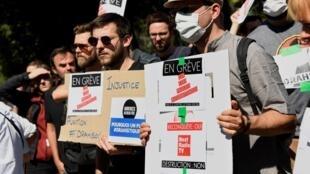 Des salariés de BFMTV, RMC, RMC Découverte et NextRadio TV manifestent devant le siège d'Altice, le 24 juin 2020