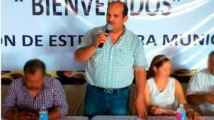 El alcalde de Petatlán, Arturo Gómez, asesinado el juves 28 de dciembre de 2017, habla en un acto oficial del municipio. Archivo.