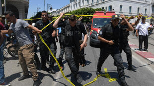 Des policiers dans le centre-ville de Tunis, le 27 juin 2019, près de l'avenue Habib Bourguiba.