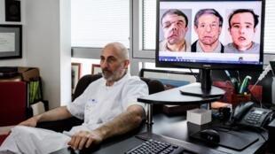El doctor Laurent Lantieri muestra en la pantalla las diferentes etapas del transplante de cara que efectuó en el hostpital Georges-Pompidou.