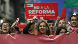 """Miles de personas en la marcha """"Que el miedo no te coma"""" convocada por el colectivo """"No a la reforma"""" contra el plebiscito impulsado por el senador Jorge Larrañaga, en Montevideo, Uruguay, el 22 de octubre de 2018."""