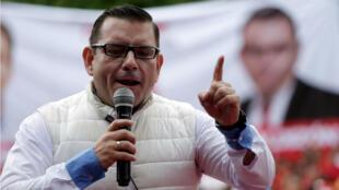 El excandidato presidencial del partido Renovación Democrática (LIDER), Manuel Baldizón, se dirige a sus partidarios durante un mitin político a las afueras de la ciudad de Guatemala, el 4 de septiembre de 2015.