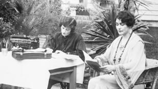 La réalisatrice et productrice américaine Lois Weber dictant un scénario à sa secrétaire dans le jardin de sa maison en mai 1926.