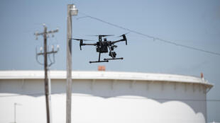 Un drone piloté par Dale Parrish près des cuves de stockage de pétrole, le 4 mai 2020 à Cushing, dans l'Oklahoma