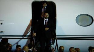 El dimisionario primer ministro de Líbano aterriza en el aeropuerto internacional de Beirut.