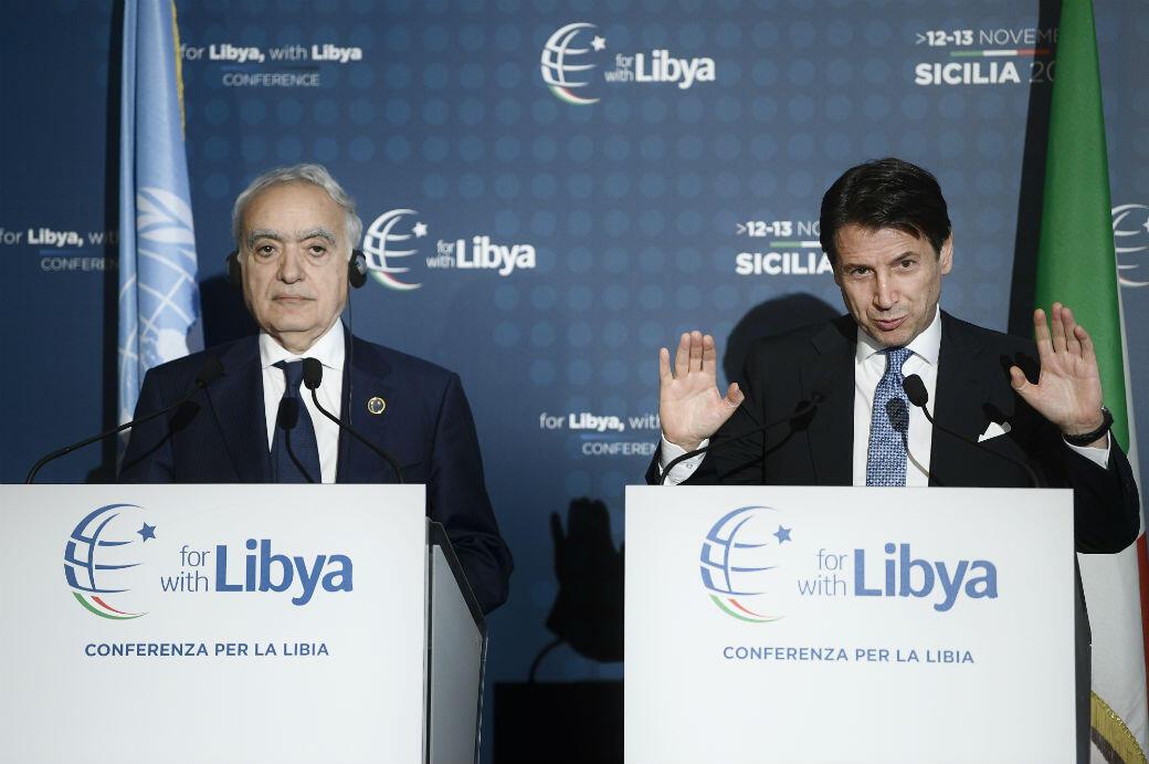 جوزيبي كونتي (يمين)  وغسان سلامة (يسار) في مؤتمر باليرمو