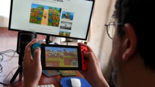 Un professeur australien joue à Animal Crossing chez lui, pendant le confinement, en avril 2020