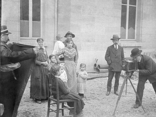 Photographie judiciaire en plein air d'une famille, réalisée par la police mobile de Dijon vers 1910