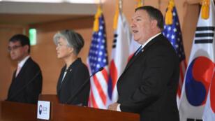 Le secrétaire d'État américain Mike Pompeo et ses homologues sud-coréen et japonais, Kang Kyung-wha et Taro Kono, jeudi 14 juin 2018, à Séoul.