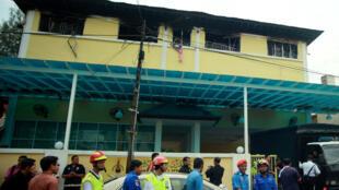 Des secours déployés devant l'école religieuse qui a brûlé jeudi, à Kuala Lumpur, en Malaisie, faisant 24 morts.
