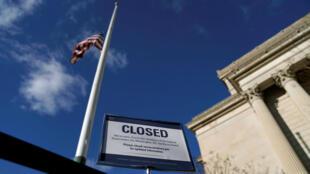 Un letrero declara que el Archivo Nacional está cerrado debido al cierre parcial del Gobierno federal en Washington, D. C., EE. UU., el 22 de diciembre de 2018.