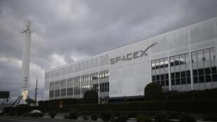 Un cohete Falcon 9 se exhibe fuera de la sede de Space Exploration Technologies Corp. (SpaceX) el 28 de enero de 2021 en Hawthorne, California.