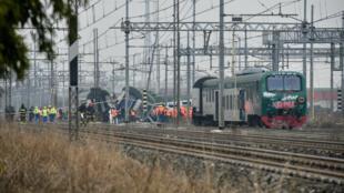 Rescatistas, policías y técnicos italianos trabajan en el lugar del descarrilamiento del tren, el 25 de enero de 2018 cerca de la ciudad italiana de Milán.
