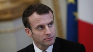 El presidente francés, Emmanuel Macron, se reúne con representantes de sindicatos, organizaciones de empleadores y funcionarios locales electos en el palacio presidencial del Elíseo en París, Francia, como parte de las consultas en busca de una forma de poner fin a la llamada crisis de los 'chalecos amarillos', el 10 de diciembre de 2018.